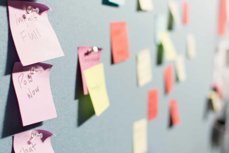 les differentes phases d'un projet avec des post-it