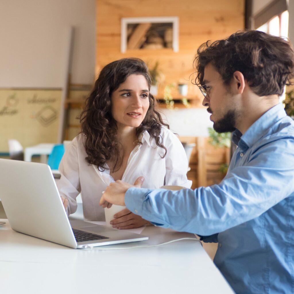 Un formateur prodiguant une accompagnement en Management de Projet a une employé au sein de son entreprise.